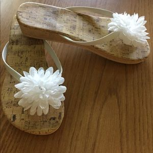 Adorable white flower sandals size 7/8